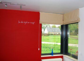 Kleine geschilderde tekst in een salon