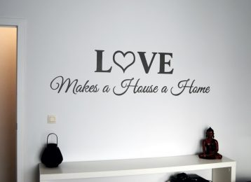 """Geschilderde tekst """"Love makes a house a home"""""""