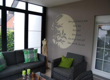 Geschilderde muurtekst met silhouet van planten in uitbouw