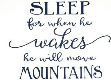 Geschilderde tekst in slaapkamer: move mountains