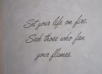 """Geschilderde muurtekst """"Set your life on fire"""""""
