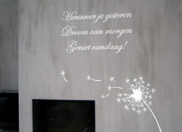 Geschilderde muurtekst met paardenbloem in de woonkamer