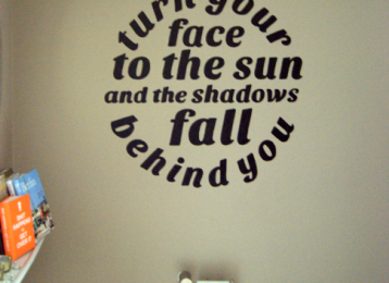 Muurtekst in de WC: turn your head to the sun and the shadows fall behind you