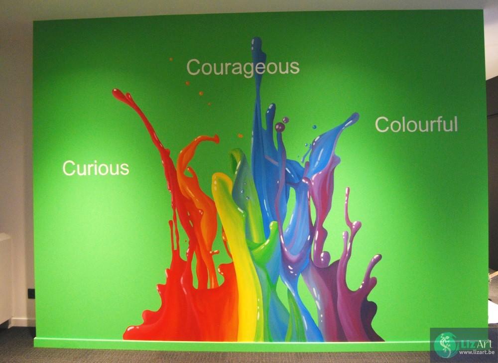Identiteit versterkende schildering waar de huiskleuren vanaf spatten bij Covestro.