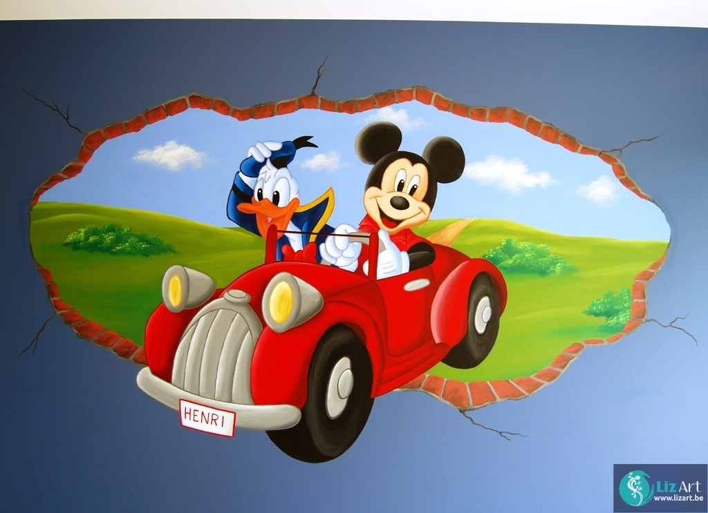 Muurschildering Donald en Mickey rijden door de muur