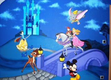 Grote muurschildering met verschillende Disney-figuren