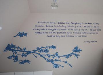 Wandschildering blauwe takken met citaat van Audrey Hepburn