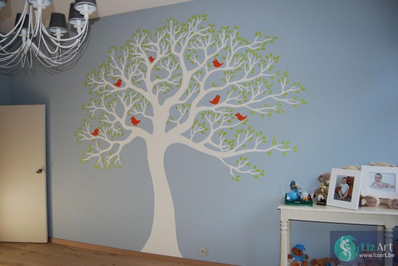 Wandschildering grote boom met vogeltjes in kinderkamer