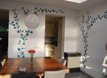 Wandschildering met klimop in de eetkamer