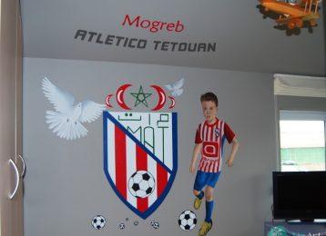 Wandschildering portret voetballertje met logo voetbalploeg