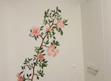 Wandschildering roze bloemenrank