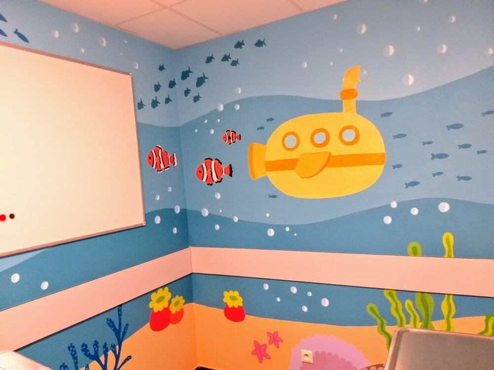Muurschildering van een duikboot in een wachtkamer van de spoedafdeling