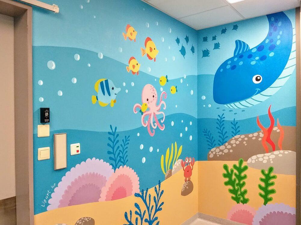 muurschildering van een onder water wereld in een spoed box van een ziekenhuis