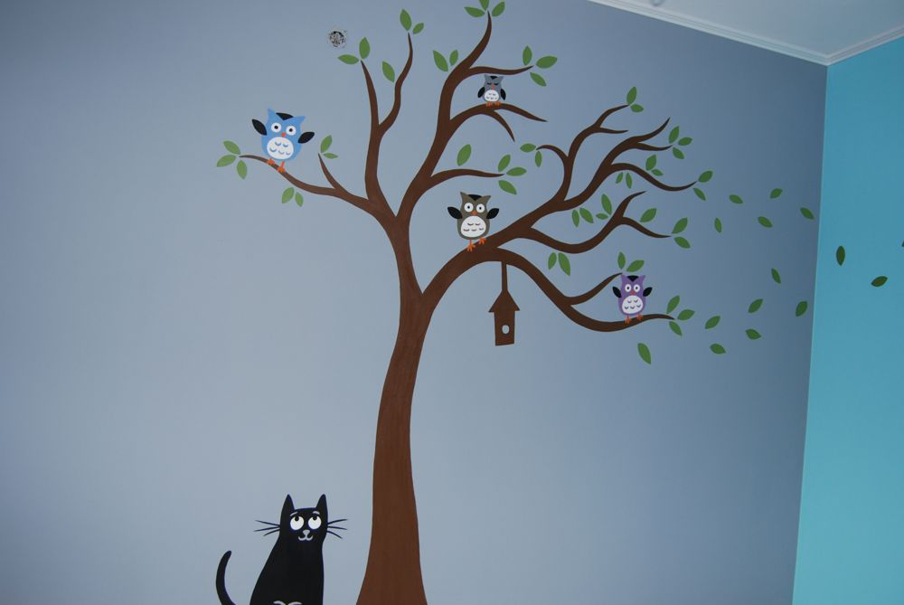 Muurschildering van een boom met uiltjes erin en onderaan een ...